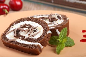 dessert torta pan di spagna con panna e cioccolato
