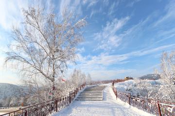 Winterlandschaft - Baum mit Wunschbändern und Treppe