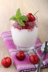dessert yogurt e ciliege in bicchiere