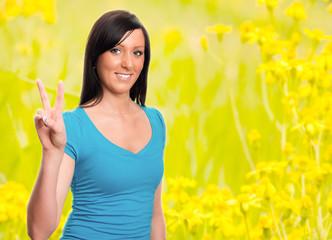 junge brünette Frau auf Sommerwiese