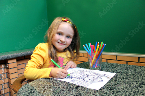 girl drawing by pencils an image