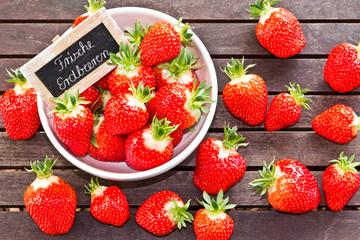 Frische Erdbeeren mit Schild und Text - strawberry, sign