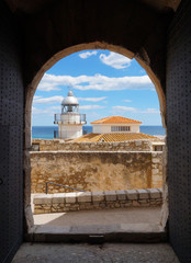 Vue cote méditerranéenne à travers portail ancien