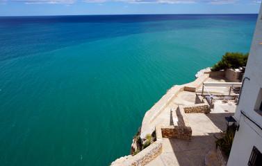 Terrasse sur la mer bleue