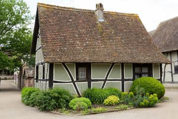 Maison ancienne à colombage et jardin