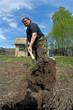 Дачник вскапывает огород. Фишай