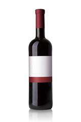 Rotwein Flasche mit Etikett isoliert auf weißem Hintergrund