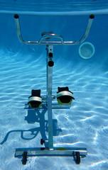 Vue sous-marine d'un vélo d'aquabiking