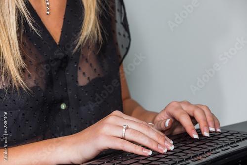 Hände auf Computertastatur