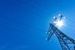 Strommast mit Sonne und Himmel