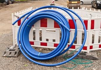 Eine Rolle blaue Wasserleitung aus Kunststoff
