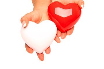 Zwei Hände halten zwei Herzen