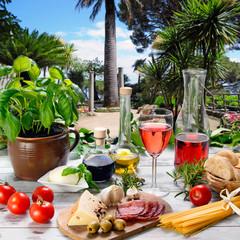 gedeckter Tisch in mediterranem Ambiente