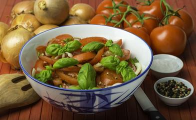 Tomatensalat mit Basilikum