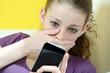 Schülerin erhält schlechte Nachricht auf Smartphone