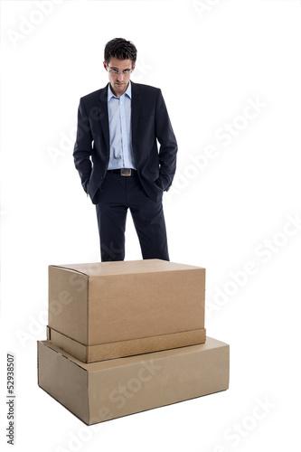 Nachdenklicher Geschäftsmann vor einer Box