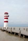Leuchtturm an einem Steg am Neusiedlersee im Burgenland