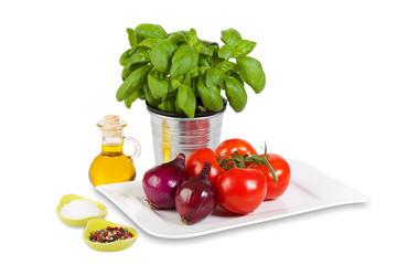 Tomaten, Basilikum, Zwiebeln und Gewürze