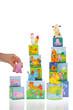 enfant jouant avec cubes en carton de la ferme