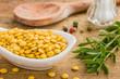 Porzellanschälchen mit gelben Linsen