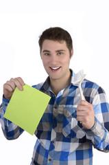 Junger Mann im karrierten Hemd mit Putzlappen und Spülbürste