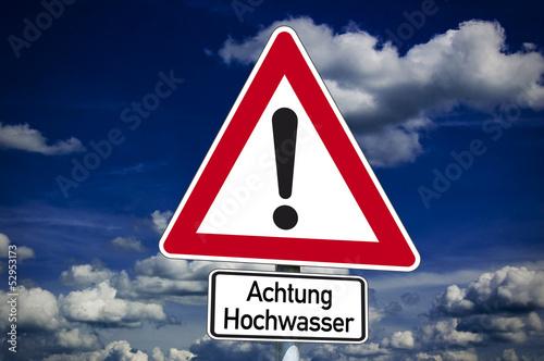 Schild mit Achtung Hochwasser