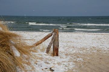 Zugang zum Ostseestrand im Winter