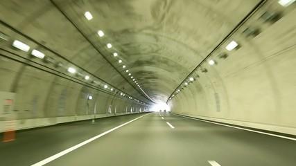 トンネルを入って通り抜けるシーン
