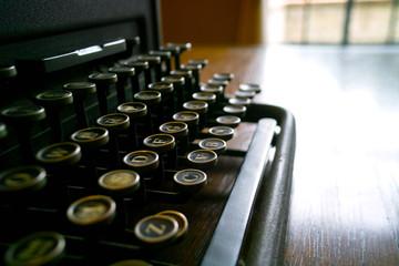 書斎に置かれた古いタイプライター