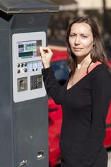 Frau am Parkscheinautomat