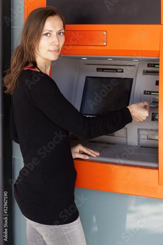 Karte einstecken am Geldautomat