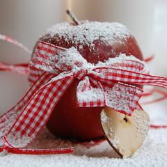 Weihnachtsapfel mit Schleife