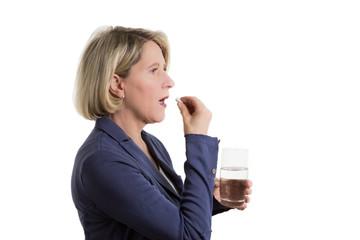 Seniorin mit Tablette und Wasser