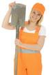Freundliche Bauarbeiterin mit Spaten