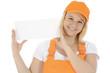 Freundliche Bauarbeiterin mit leerem Schild