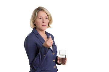 Kritische Seniorin mit Tablette