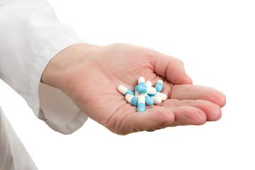 Medikamente in einer Hand