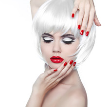 Makijaż i fryzura. Czerwone usta i Manicured paznokcie. Fashion Beau