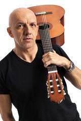 Uomo con chitarra in spalla