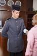 Concierge im Hotel gibt Seniorin Schlüsselkarte