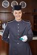 Lächelnder Concierge überreicht Zimmerkarte