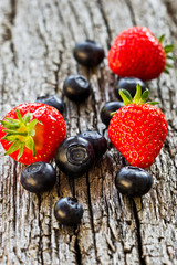 Erdbeeren, Heidelbeeren auf Holz