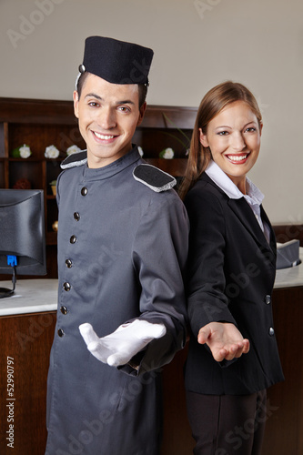 Concierge und Empfangsdame im Hotel
