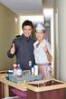 Concierge und Putzfrau halten Daumen hoch