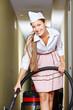 Putrzfrau mit Staubsauger im Hotel