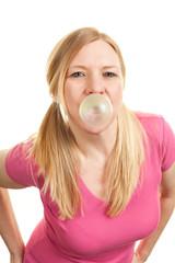 Frau macht Kaugummiblase