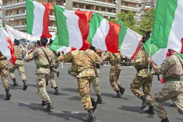 bersaglieri in corsa con bandiere tricolore
