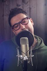 chico con microfono de grabacion