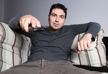 hombre con mando a distancia