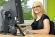 Junge Frau arbeitet am PC